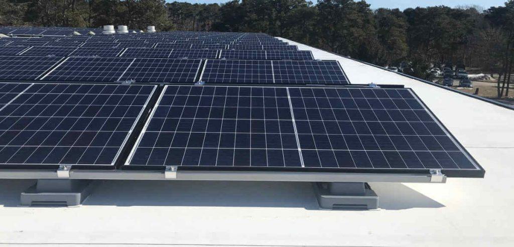 witte bitumen dakbedekking met zonnepanelen